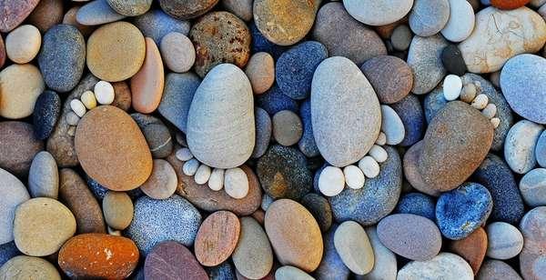 следы из камней Iain Blake