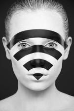 Черно-белый бодиарт на лице