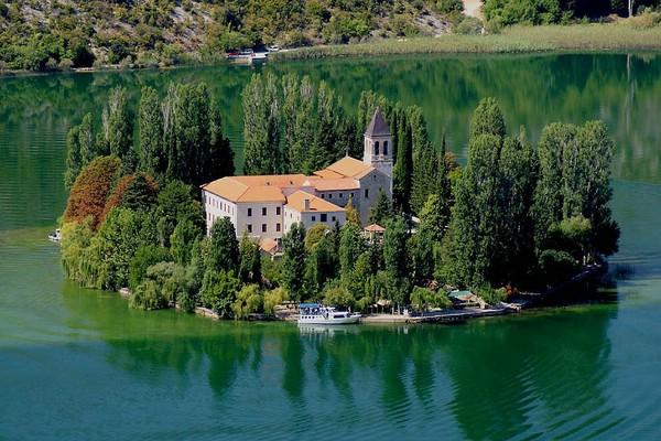Остров Висовац на реке Крка в Хорватии