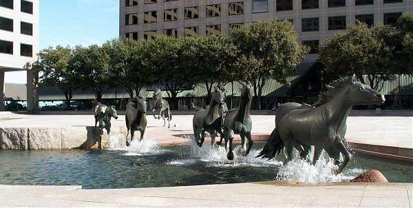 памятник лошадям