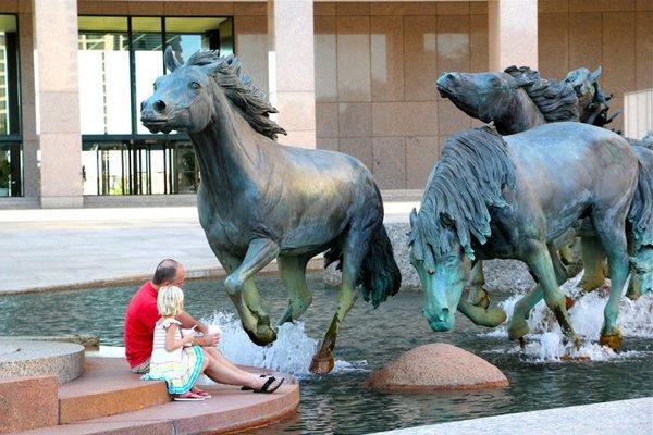 памятник лошадям в техасе