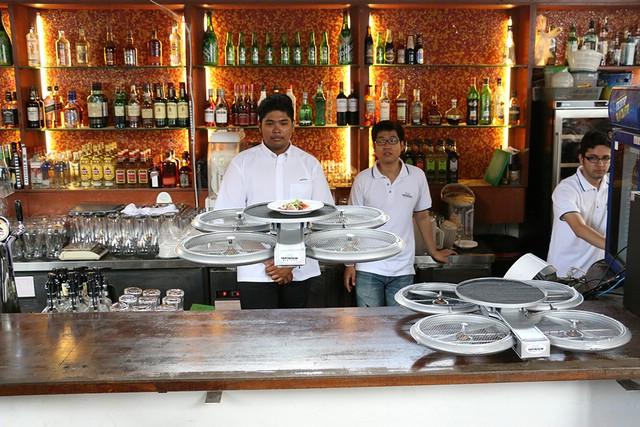 беспилотники официанты в ресторане сингапура