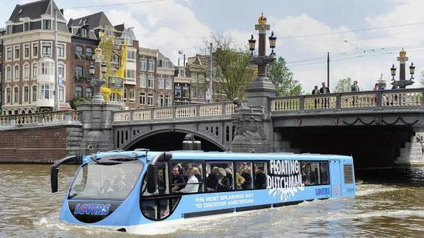 «Плавучий голландец»— автобус-амфибия в Амстердаме