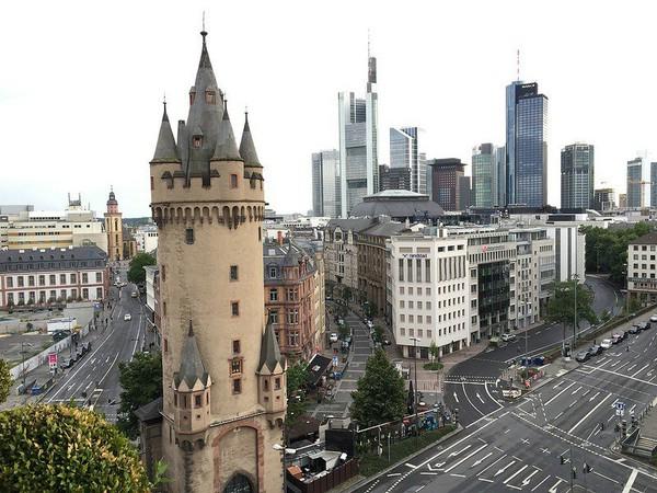 средневековая башня в центре Франкфурта