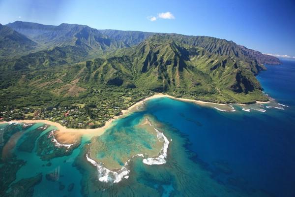 Гора Ваиалеале и водопад Хонокохау на острове Кауаи, Гавайи