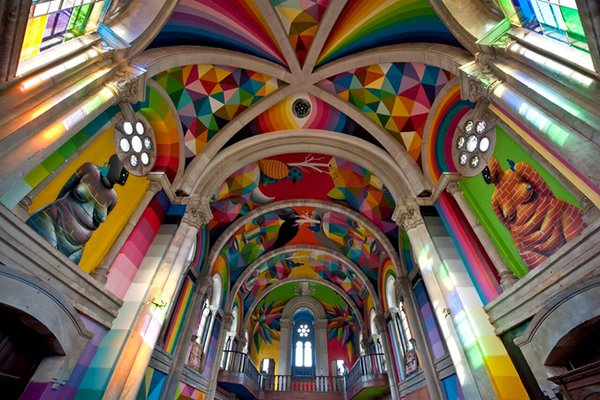 красивая современная церковь с графити