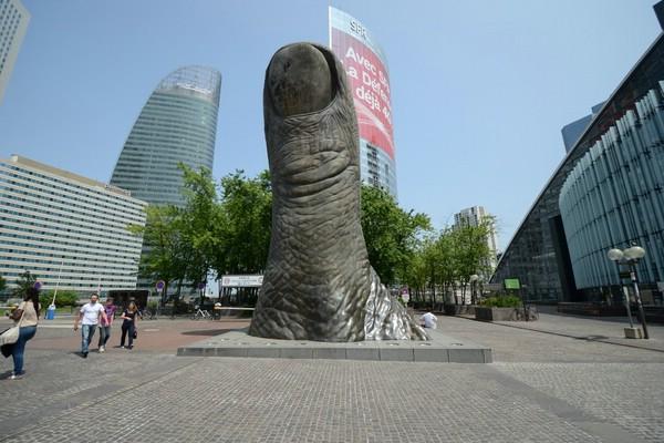 Памятники парижа первый палец