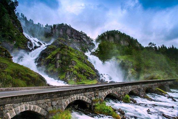 Двойной водопад Лотефоссен в коммуне Одда, Норвегия