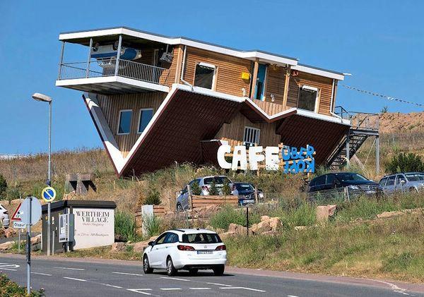 Перевернутое кафе Toppels' в Вертхайме, Германия