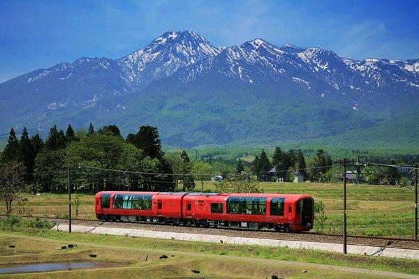 японский поезд с панорамными окнами