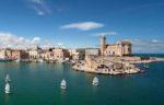 Путешествие на машине по древнему городу Бари, Италия