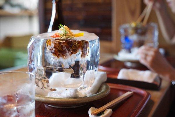 Оригинальная ледяная сервировка блюд в японском ресторане Tempura Matsu