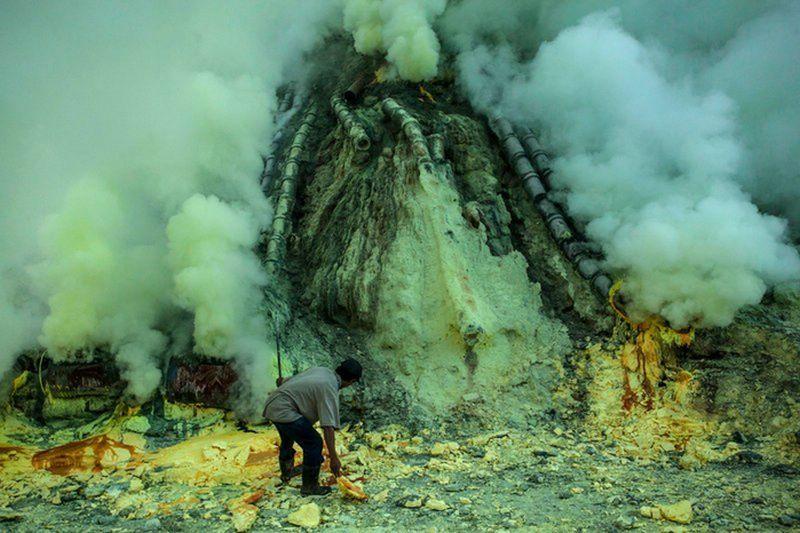 добыча серы на вулкане Иджен Индонезия